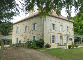 Superbly located maison de maitre with swimming pool and 44ha
