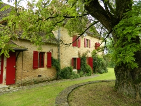 Attractive 18th century périgourdine house with gite and swimming pool