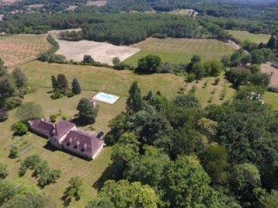 Attractive périgourdine country house with swimming pool and 3.5ha