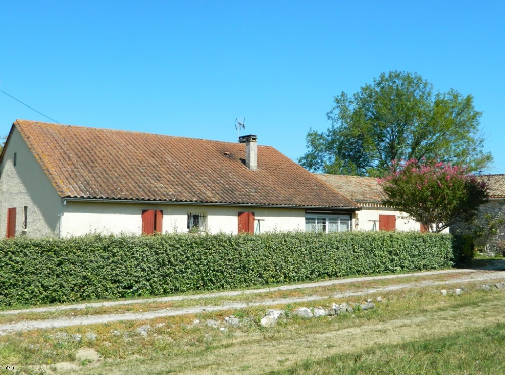 Farmhouse with extensive outbuildings and 4.8ha