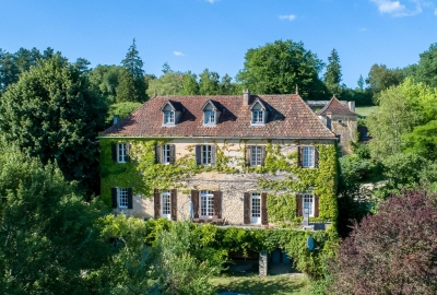 Attractive 18th century manoir with guest cottages, 2 swimming pools and 3ha