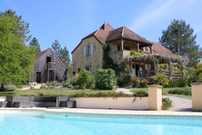Attractive périgourdine style house with swimming pool and superb views