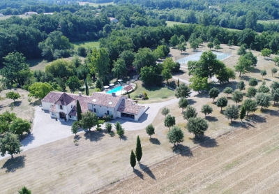 Exceptional country house with swimming pool, tennis court and 3.5ha